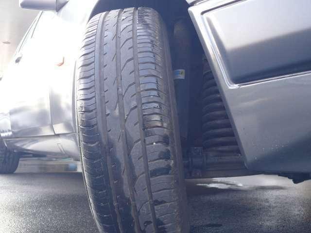 昨年6月交換済のタイヤとビルシュタインアブソーバー。タイヤはコンチネンタル、プレミアムコンタクト2を使用、足回りはアッパーマウントまでを交換。この年代独特の、剛性感あるしなやかな乗り心地です。