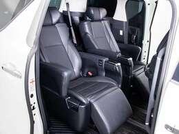 グゼクティブシートパッケージではセカンドシートは個別シートになっています。左右に肘置きがあり、フィット感がとてもあり、車が左右に曲がるときでも身体が揺られることが少ないです。