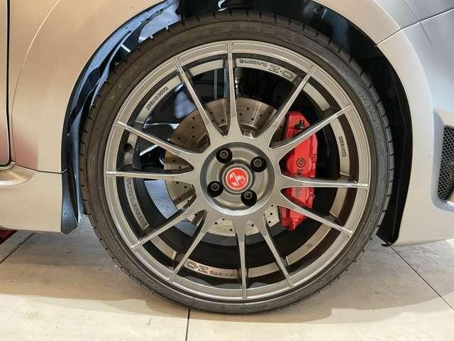 ホイールはOZの専用品。タイヤサイズは215/35R18