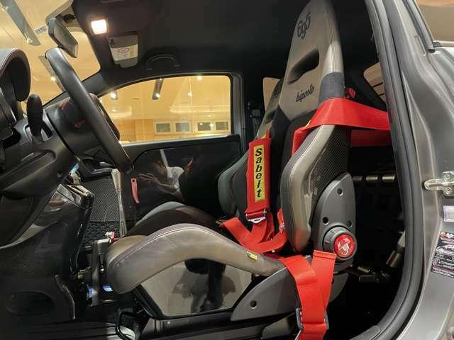 レーシーな室内。快適さを求める装備より、走りの装備が優先される。
