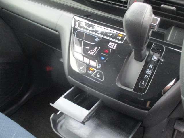 タッチパネル式フルオートエアコン。シートヒーターは助手席にも装備
