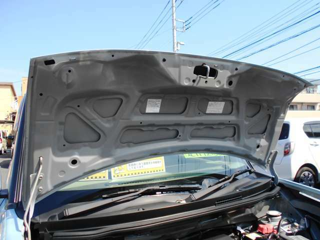 エンジンフード裏側もクリーニング施工しております。
