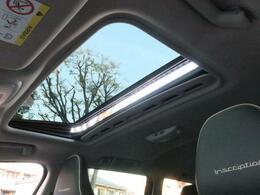 ◆人気の装備パノラマサンルーフ【ボタン1つで開閉操作が可能です!外からの自然光を取り込み車内の開放感がUP♪居住空間も広く感じる事ができます!】