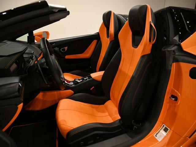 ボディとの組み合わせが考えられた内装色はNero Ade(ブラック)とArancio Leonis(オレンジ)の組み合わせになります。