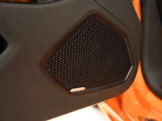 Lamborghini Sensonum Audioが装着されております。 高音質な音楽を車内でお楽しみ頂けます。