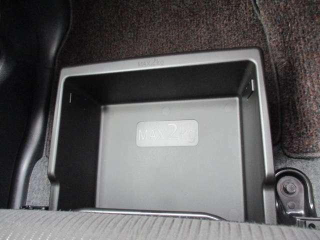 助手席下に便利な引き出し式トレー