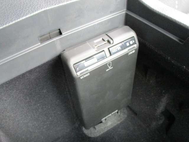 ドライブレコーダーはアームレスト内に納まっています。 ※ご使用にはmicro-SDのお買い求めが必要です。