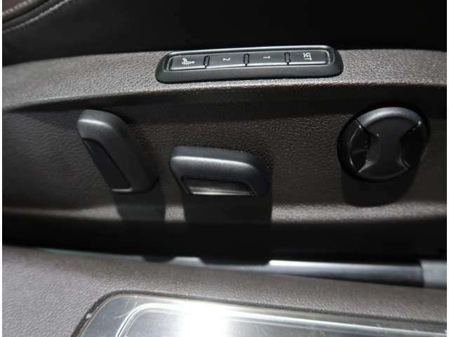 ●メモリー機能付きパワーシート♪3パターンのシートポジションの登録ができドライバーに合わせた設定が可能に♪ドライブが楽しくなりますね!