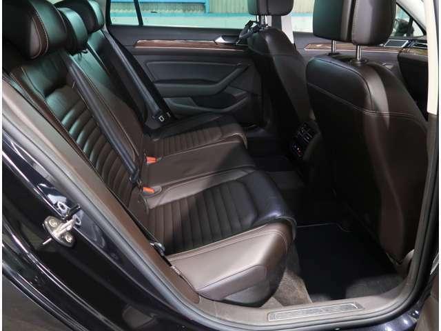 ●後席のスペースです!足元もゆったりくつろげるスペースが十分にありますね!長距離ドライブも楽々です!