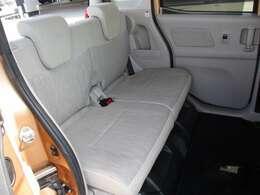 後部座席はプライバシーガラスで す。断熱効果があるので、日光に よる車内温度の上昇を防いでくれ ます。その為、夏場のエアコンは 効きが良くなり、快適に過ごせま す。