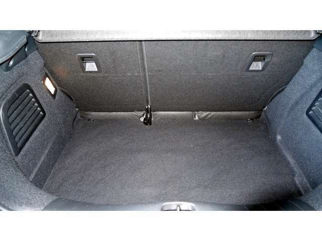 トランク容量はMINI(160リッター)の2倍近くあり、MINI クラブマン(260リッター)や新型ポロ(280リッター)と同等の285リッター