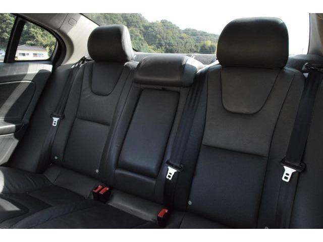 前席、後席共に使用感は見受けられません。