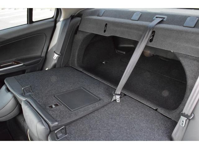 荷室は、後席を倒すことで容量アップが可能。フロアの可倒式ボードは、小さめの荷物を固定するのに役立ます。助手席の格納もできますので長尺物も積載可能です。V60と同様に機能的なインテリア。