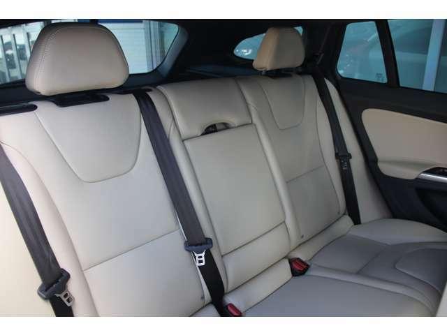 【ISOFIX】後部座席にもアームレスト及びドリンクホルダーが搭載されます。後席2座はチャイルドシートジョイントの国際規格「ISO FIX」準拠により各社モデルがワンタッチで着脱可能となっております。