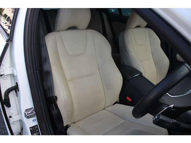 【本革シート】ドライバーの身体を支えるシートの表皮には、手触りのいい本革を使用しております。