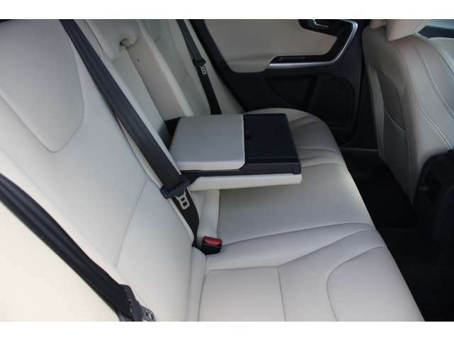 後席の快適性を高めるリアシート・アームレストには、便利なカップホルダーとストレージボックスが内蔵されています。車内に散らばりがちな小物類をまとめて収納可能です。