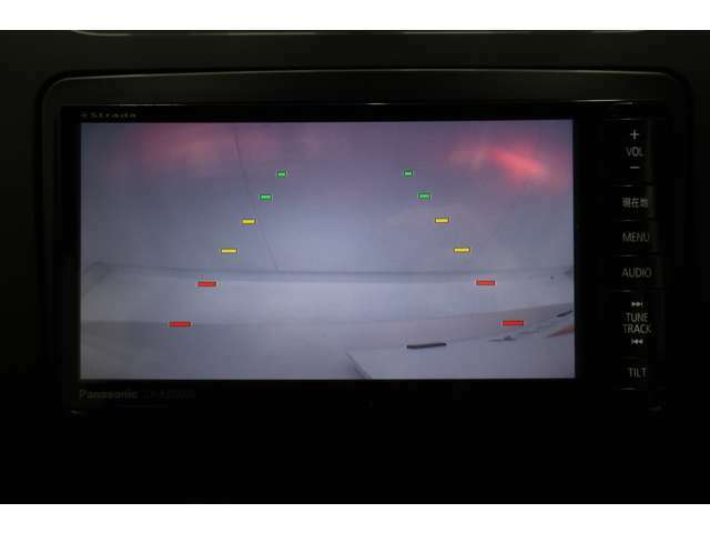 シフトレバーをリバースに入れると後方の映像を映します。車庫入れや縦列駐車などの際に安全確認をサポートします。走行中にTVが映るTVキャンセリングの施工も承っておりますので、お気軽にお申し付けください。
