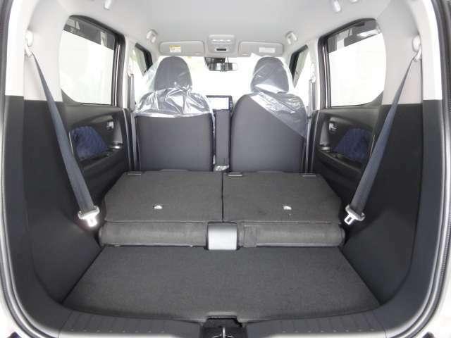 後部座席を倒すと更に広いスペースが確保できるのでお買い物やレジャーでも大活躍です♪
