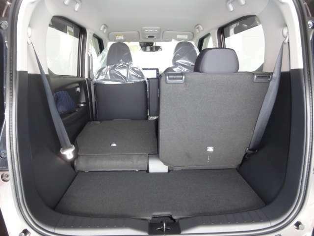 後部座席は分割して倒すことが出来るのでいろいろな用途に合わせて使い分けることが出来るのでとても便利です。