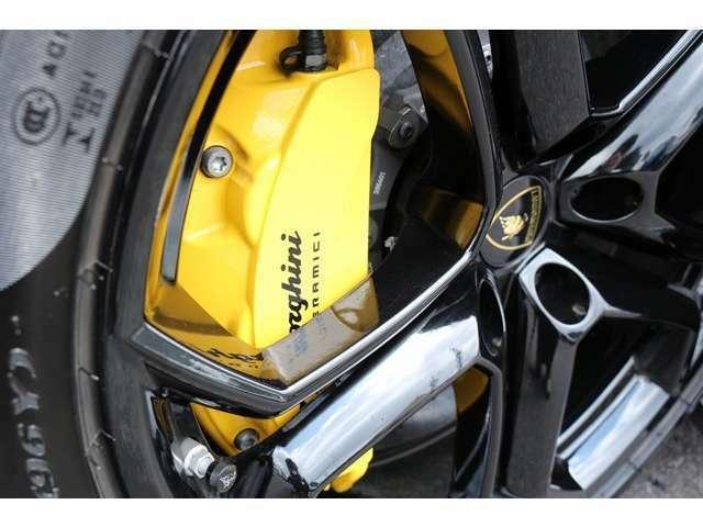 ブレーキは、カーボンブレーキ!キャリパーはイエローに塗装済となります。