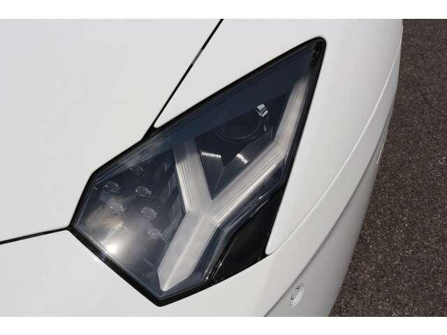 アヴェンタドールのヘッドライトは摩訶不思議!ウインカー部は6角形で、Y字のLEDポジションランプ装備!メインのヘッドライトは、HIDになっております。