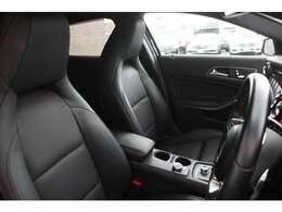 良いコンディションを保持したブラックレザーシート!シートヒーターを運転席のみならず助手席にも完備しているので寒い日のドライブも快適にお過ごし頂けます♪