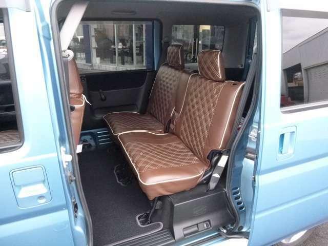 広々リアシートは センターアームレスト付きで、ロングドライブでも快適な時間を過ごせます。