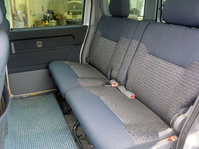 後部座席も使用感は少なく綺麗です。いやな臭いもありません
