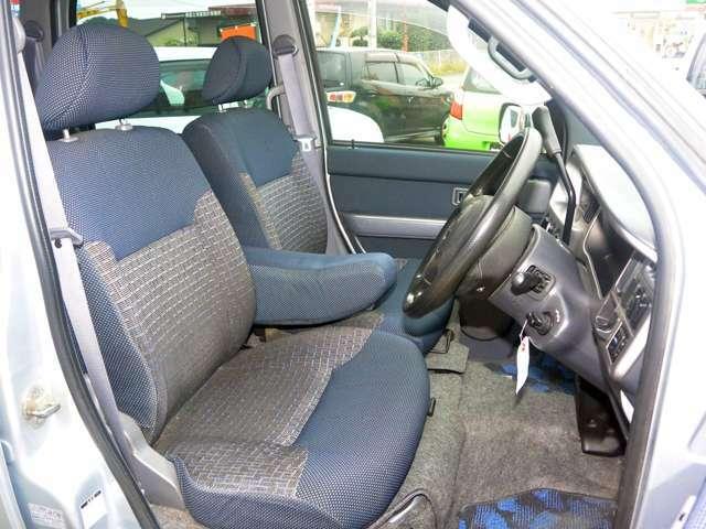 運転席は大事です。清潔なポジションで安心して乗りたいですね。シートに多少の穴等ありますがよくクリーニングいたしましたので綺麗な状態です。