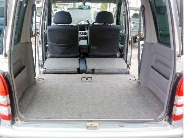 ラゲッジスペースをさらに広げたければ、後部座席をたたみます