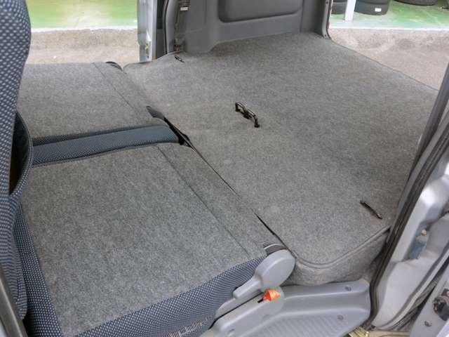 ラゲッジスペースをさらに広げたければ、後部座席をたたみます。