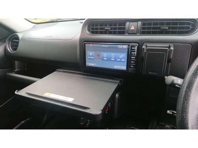 インパネテーブルです。仕事や食事が、車内で快適に行えます。A4サイズのノートパソコンやお弁当などが置ける、使い勝手良いのテーブルです。