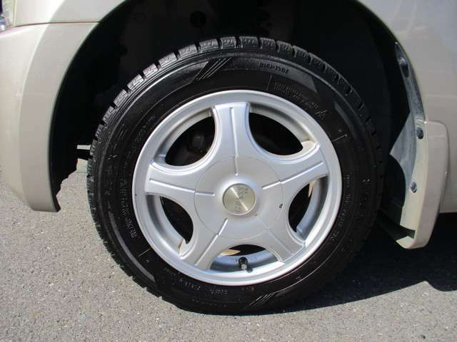 社外アルミホイール付き!タイヤがスタッドレスタイヤです。(まだまだ使用可能です。普通タイヤの装備なし)◆タイヤ・ホイールなどのご相談もお気軽に!中古のタイヤ・ホイールなどのご紹介もさせていただきます!