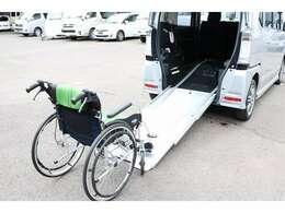 車椅子乗車例!専任スタッフが固定方法や操作方法など丁寧にご説明させて頂きますので初めての方でもすぐお使い頂けます。