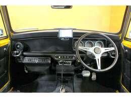 内装はクラシックカーの内装を手掛ける英国の名門ブランドNewton製のインテリアで作成。