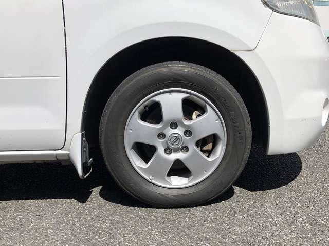 前後アルミホイールです。タイヤの溝は少なめになります。追加でタイヤ交換等も承ります。