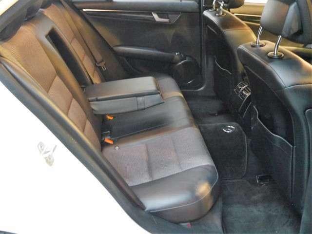 ●後部座席は大人の方でも十分すぎる室内空間を備えております。後席シートも擦れなど無く、綺麗な状態です♪センターアームレストやトランクスルー機能など輸入車ならではの豪華装備です!!