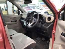 運転席です。室内はアイボリーで室内がとても明るいんですよ!