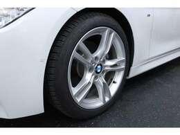 18インチのMスポーツ専用のアルミホイールを装備しています。タイヤサイズは、フロント225/45R18、リヤ255/40R18です。