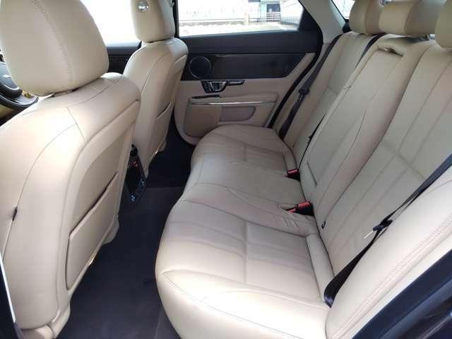 前席・後席ともにシートヒーターを備えております。もちろん使用感も一切感じられません。