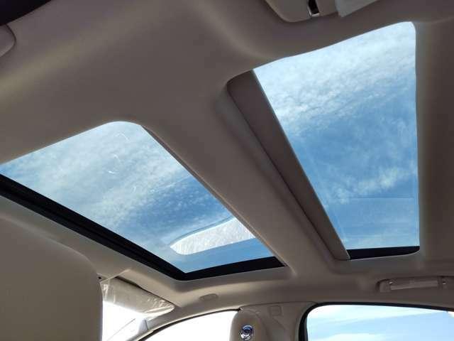 天井から青い空を見上げるだけで、より一層室内を広々と感じることができます。もちろん電動ロールブラインド付きとなります。