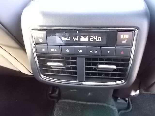 後部座席もエアコン調整ができてシートヒータも装備です