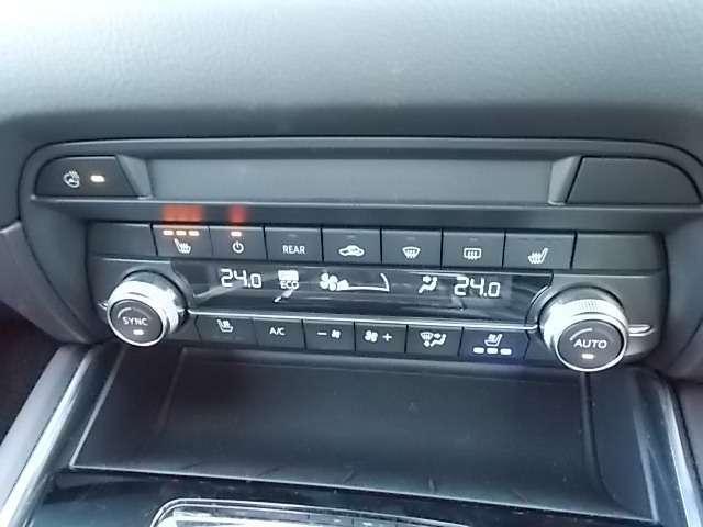 運転席と助手席で独立して設定温度を調節でき、快適な室内環境を届けるフルオートエアコン