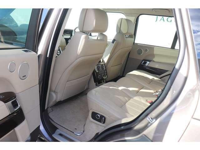 リアシートも充分広く、「セミアニリン・レザー」を使用した贅沢な空間が快適なドライブをご提供いたします。