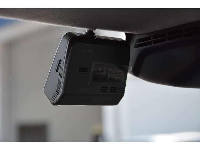 フロント/リアの2カメラ装備。アルパインカーナビと連携することで、ナビ画面で録画の確認が行えるほか各種設定の操作が可能。駐車中を録画で監視。動くものや衝撃を録画します。