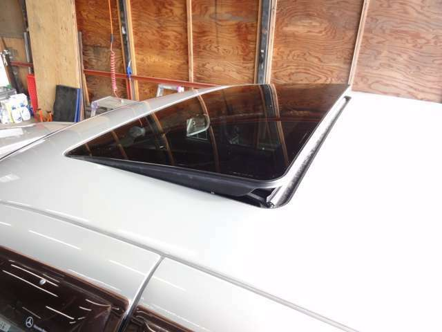 電動チルト&スライドガラスサンルーフ装着車。