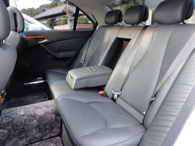 後席に座りながら足が組めてしまうほどの広さ。さすがロングボディといったところです。後席にもリクライニング機構付きです。