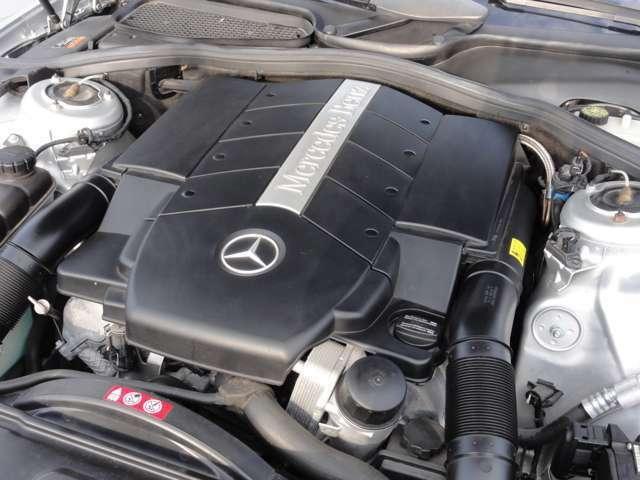 ショックを感じさせないオートマチック相まって、シームレスな加速を味わえます。とてもスムーズな V8 5000cc エンジンを搭載。