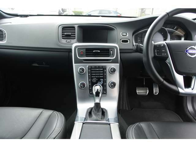 センタースタックには車両設定やナビゲーション、オーディオやエアコンなど車両に関する設定が集約されています