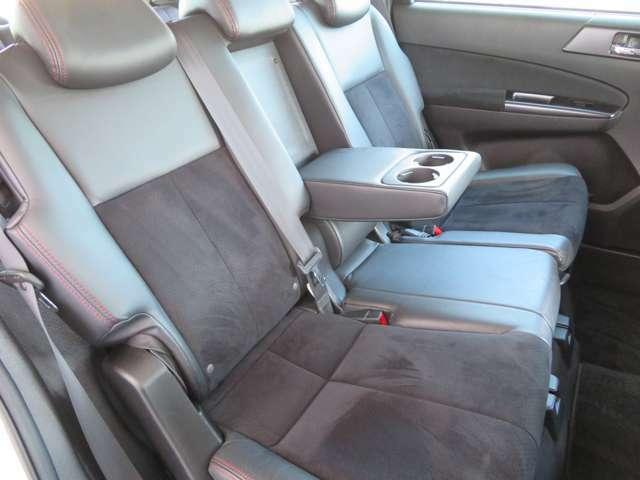 リクライニング機能・アームレスト付きのリアシートは足元も広々としており快適ですっ!! チャイルドシートもラクラク取り付け可能で小さなお子様がいらっしゃるご家庭にもオススメのミニバンですっ!!